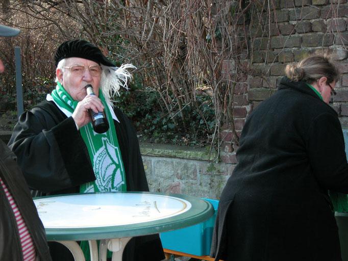 """2008 - Ehrenvorsitzender Hubert Knpprath als """"Justitiar"""" bei der Bachtaufe"""