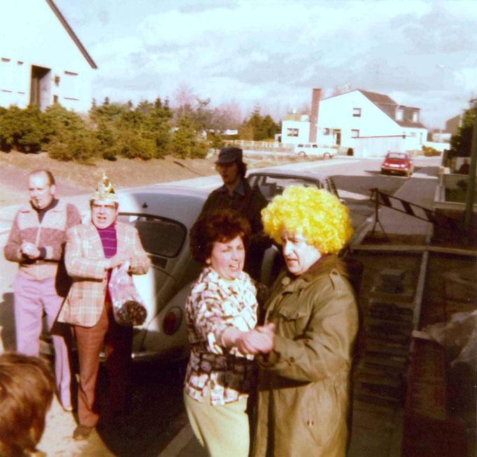 1977 - Ständchen von Prinz Hubert I. Knipprath  mit seiner Frau Margret vor dem Wohnhaus