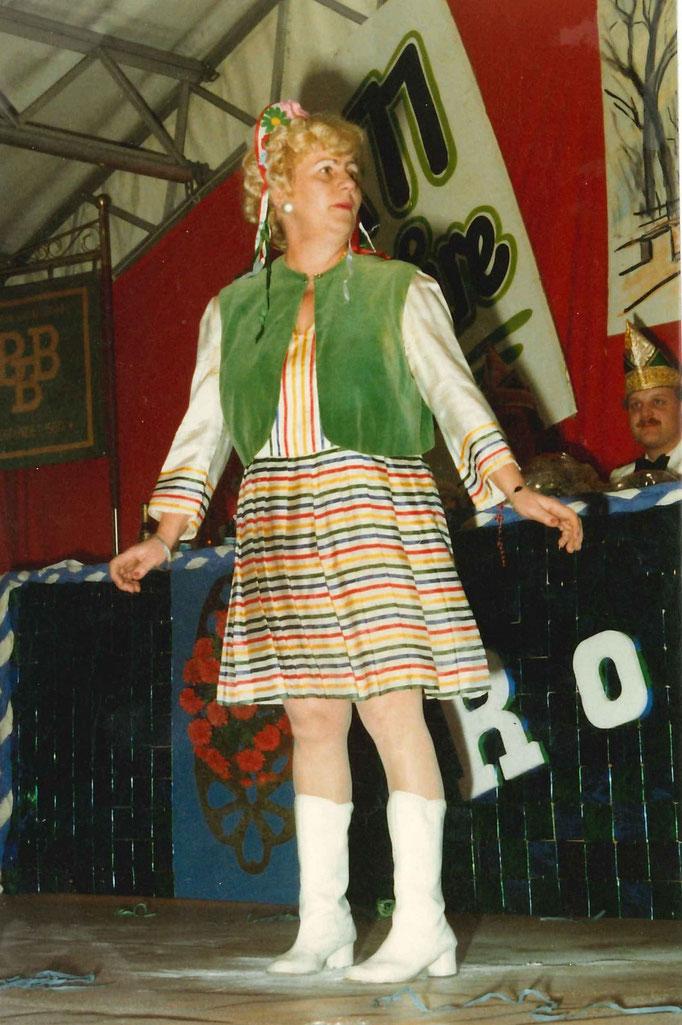 """1983 - Annabelle Schäfers bei ihrem Auftritt während der """"Hitparade"""""""