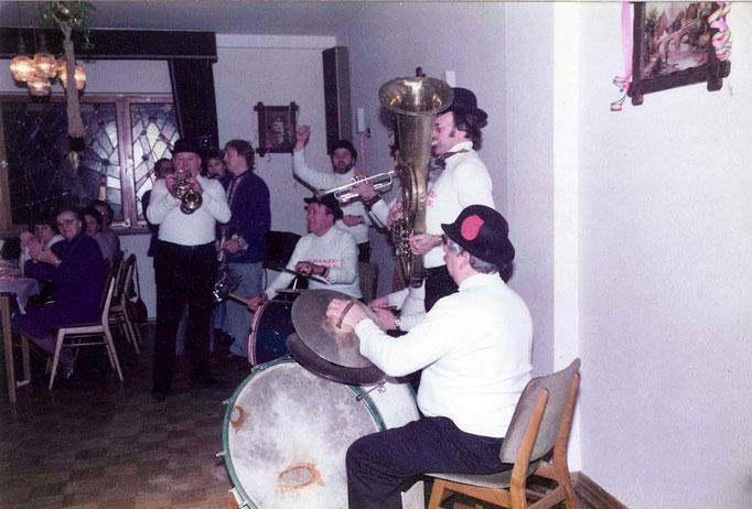 1985 - und wieder spielt die Brasselskapelle auf