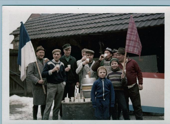 1969 - Pause während des Wagenbaus auf dem Bauernhof Kempen