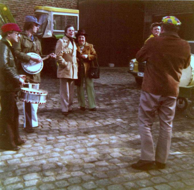 """1977 - Ständchen vor dem """"Veedelszug"""" am Karnevalssamstag auf dem Hof der Fam. Kempen"""