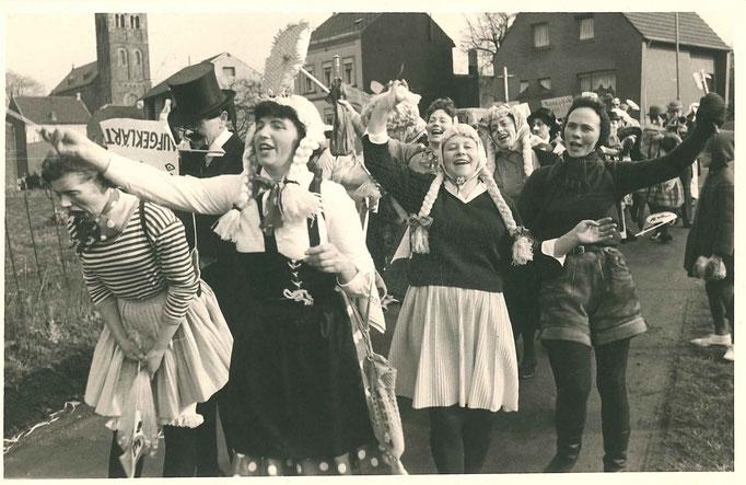 1966 - Fußgruppe, u.a.  mit Frauen der Mitglieder der Böse Buben bzw. späteren Mitgliedern der Tanzgruppe Pappmule