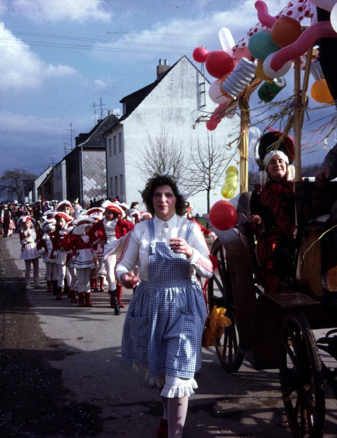 """1972 - Zugteilnehmerin """"Lena Schmitz"""" - im Hintergrund die Birgeler Funkengarde"""