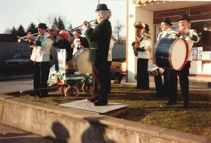 1982 - Stänchen un Unterhaltung während des Umzugs durch die Brasselskapelle