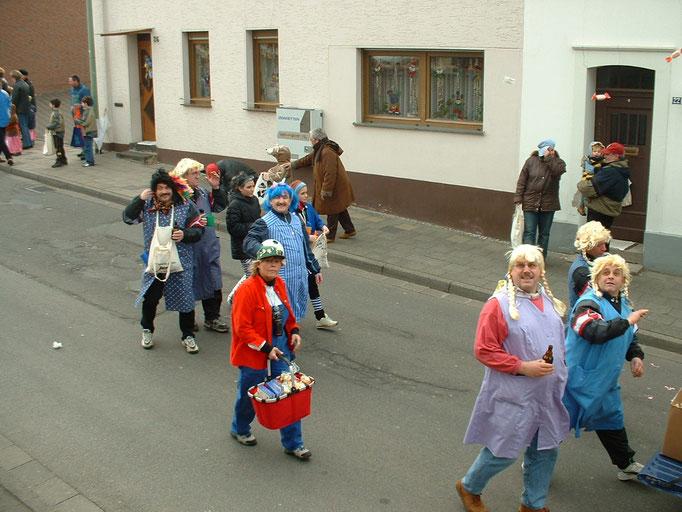 """2004 - Mitglieder des Männerballets """"Birgeler Bachstelzen"""" beim Umzug"""