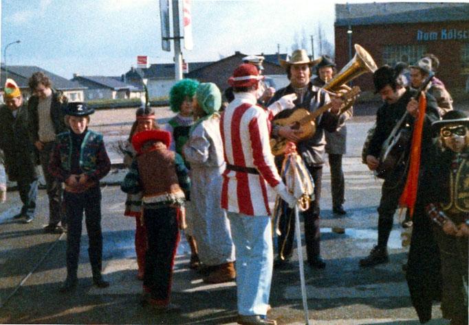 """1975 - """"Veedelszug"""" an Karnevalssamstag - Vor dem Restaurant Quast"""