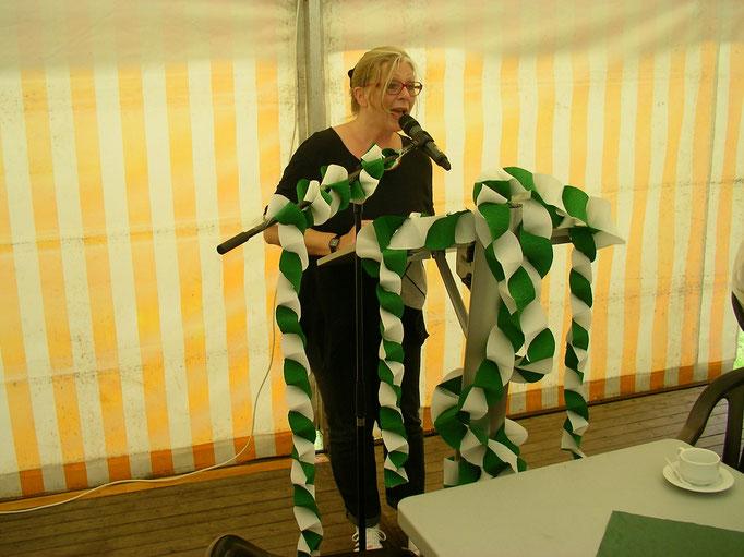 Die Bürgermeisterin (Emmelmann) der Gemeinde Friedeburg freut sich über den neuen Sportpark.