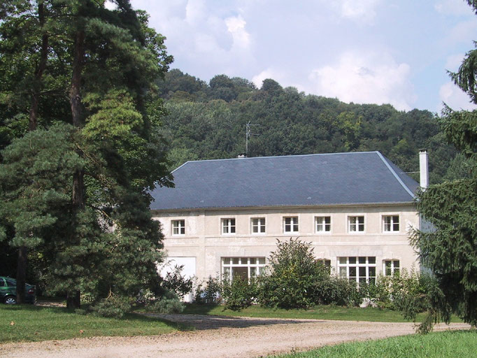 the old barn with the gite on the left