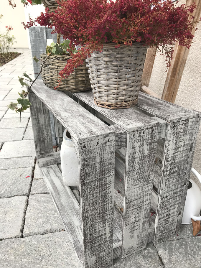 Holzkiste braun und grau gestrichen