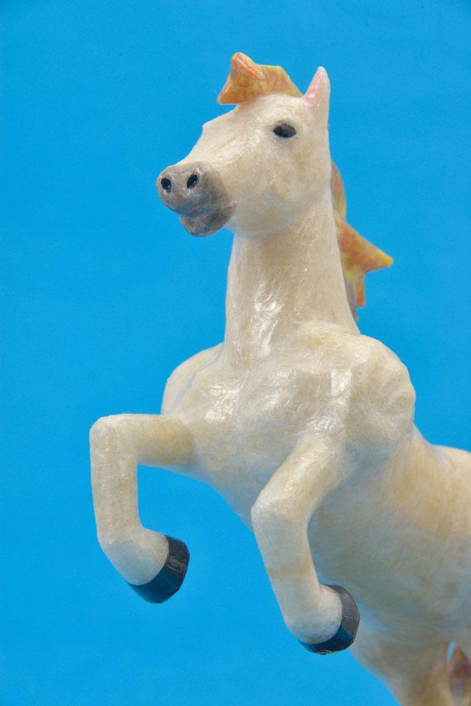 2014年 年賀作品 『馬』/ 2014年制作 / セロテープ® 、特注カラーセロテープ / 18×23×8cm(台座なし)