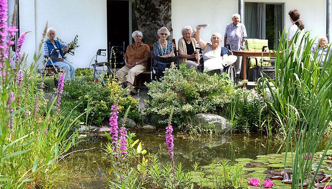 Senioren im Garten, Haus am Steinbach in Nußdorf