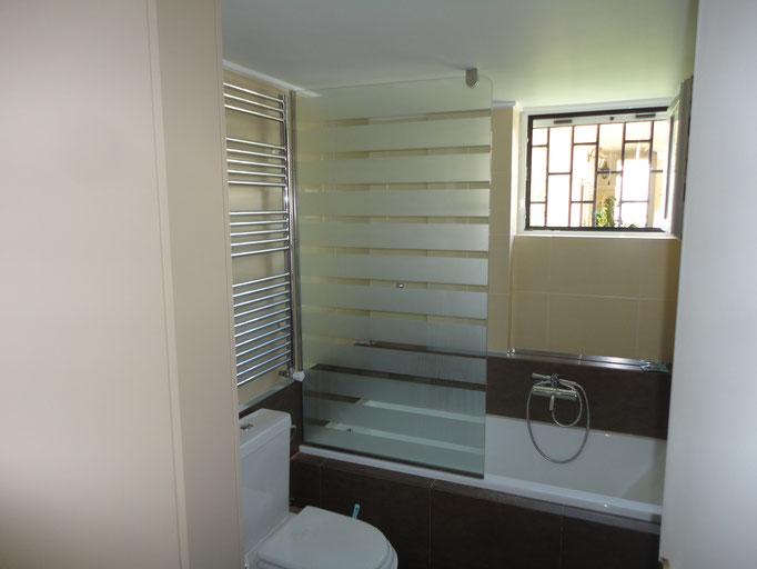σταθερή κατασκευή από τζάμι για καμπίνα μπανιέρας-Τζάμια κρύσταλλα Αργυρούπολη