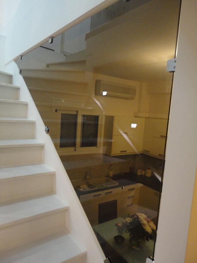 Γυάλινη σκάλα-τζάμι σε σκάλα-τζαμένια κάγκελα εσωτερικής σκάλας κουζίνας