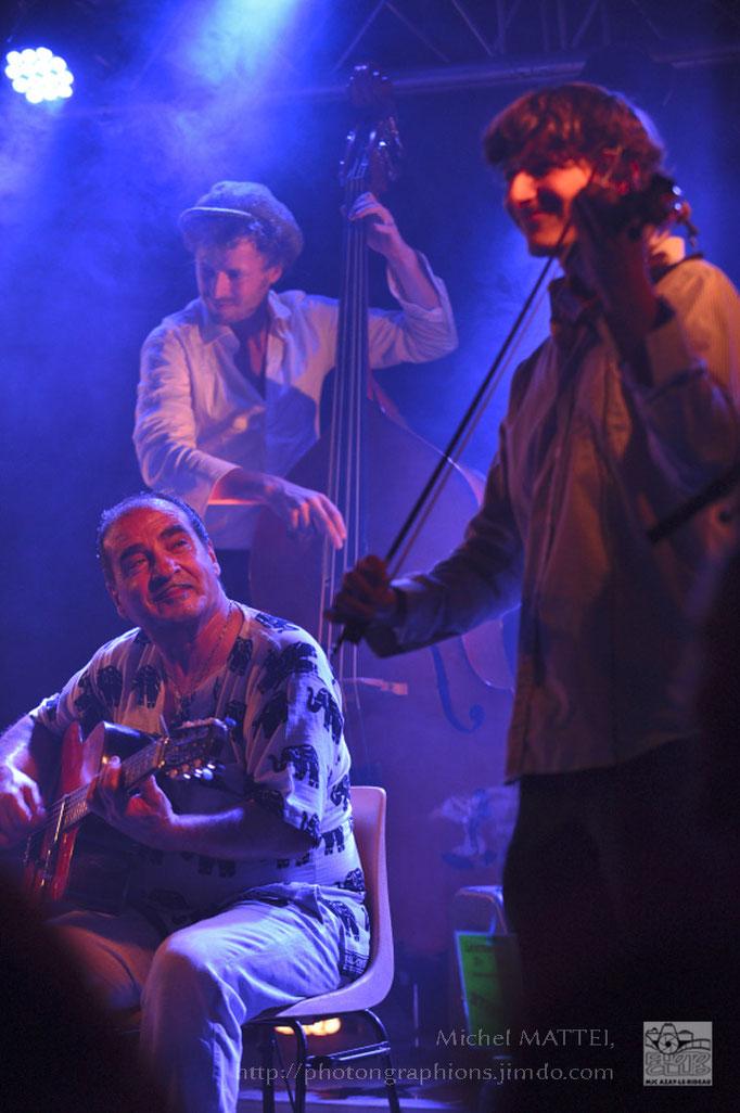 Tchavolo en compagnie de quelques membres du groupe Scratchophone Orchestra