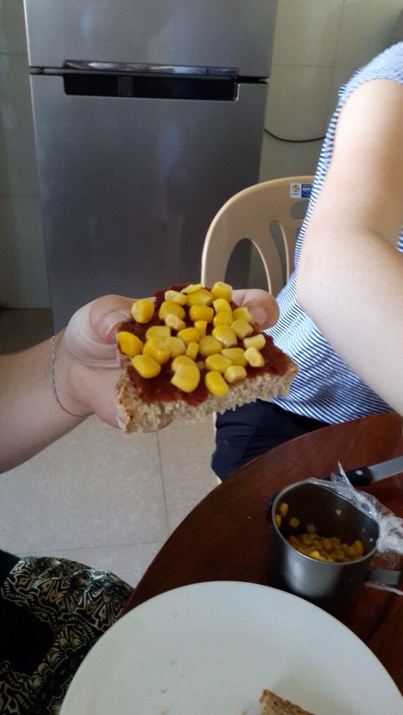 5 Sterne Menü in unserer Freiwilligen WG: Brot mit Tomatenmark, Salz, Pfeffer und Mais