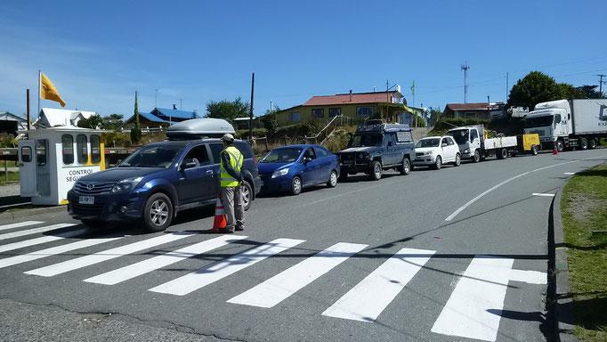 Warten auf die Fähre nach Chiloe