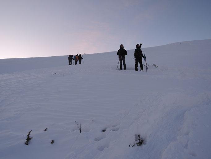 Au lever du jour, le vent souffle sur les crêtes -transport de neige