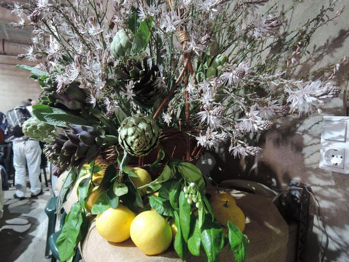 bouquet avec l'asphodèle, des artichauts et des citrons