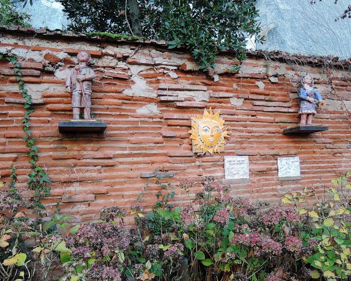 Auvillar, il y a partout des petits sculptures en souvenir des marchés des potiers annuels qui ont lieu ici en chaque autumne.