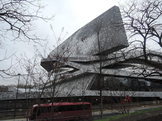 Philharmonie de Paris, la barre signale le lien entre le centre et la périphérie de Paris