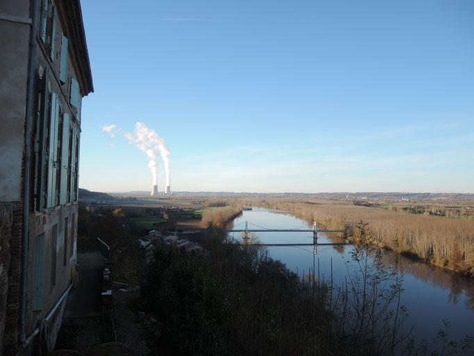 Auvillar, vallée de la Garonne avec Golfech au fond