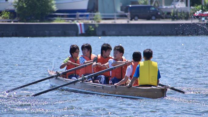 初出漕の国立小樽海上技術学校クルー