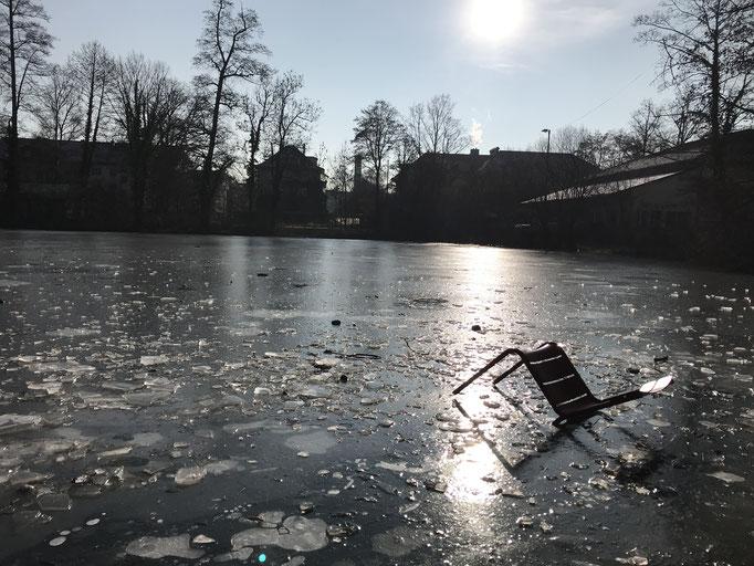 Januar: Stuhlleben auf dem Egelsee.