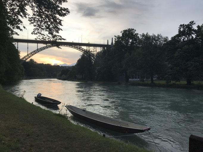 Juli: Brücke am Fluss.