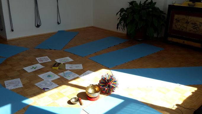 ein schönes lichtdurchflutetes Yoga-Studio