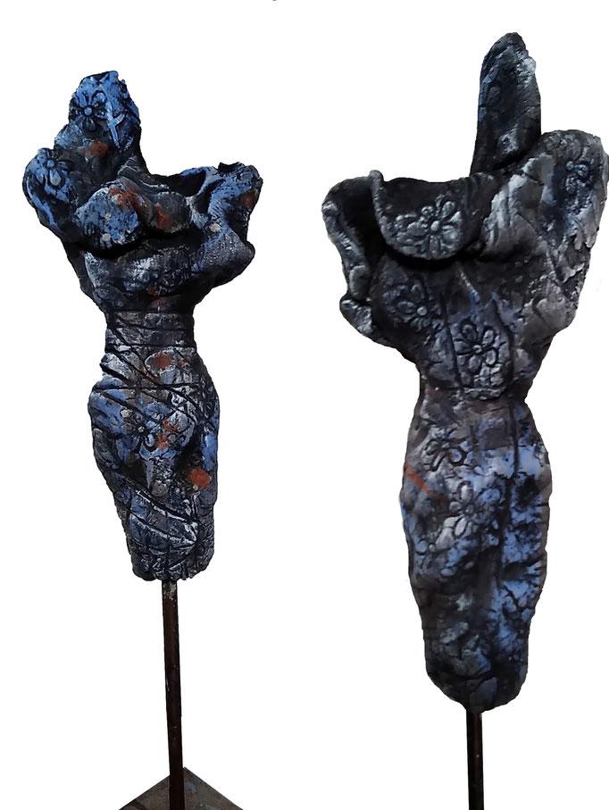 Torso/ Skulptur mit Engoben gebrannt /Kaltbemalung