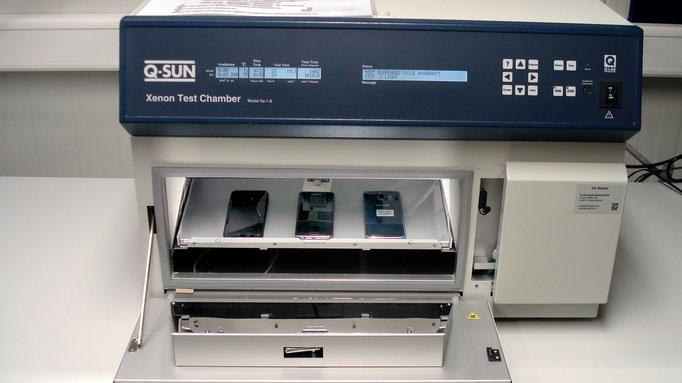 Q-SUN Xenon Test Chamber geöffnet, Prüfgeräte eingelegt 2