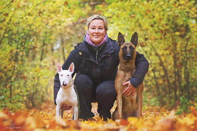 Wenke mit Miniatur-Bullterrier-Hündin Tiffy und Malinois-Hündin Schoko