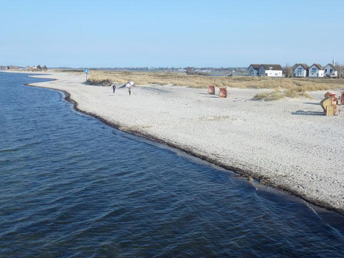 Blick von der Seebrücke auf den Sandstrand