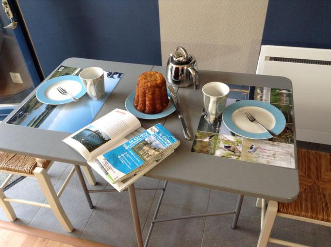 Table pliante très pratique + 2 chaises pliantes bois et métal Fermob