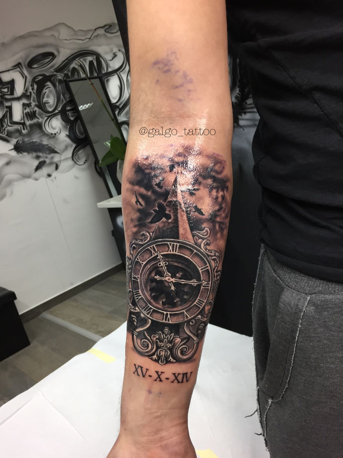 tatuaje en realismo de una pirámide con un reloj en 3d.