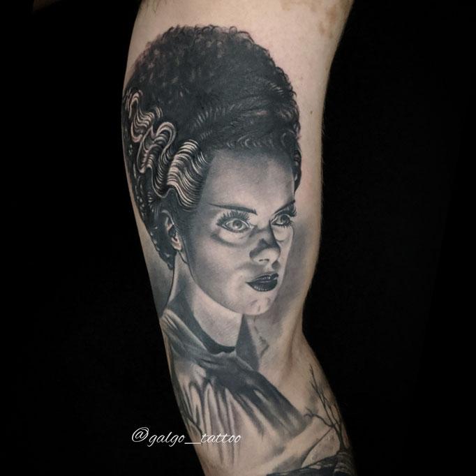 Tatuaje en realismo blanco y negro sobre la novia de Frankenstein. Hecho en Las Palmas de Gran Canaria