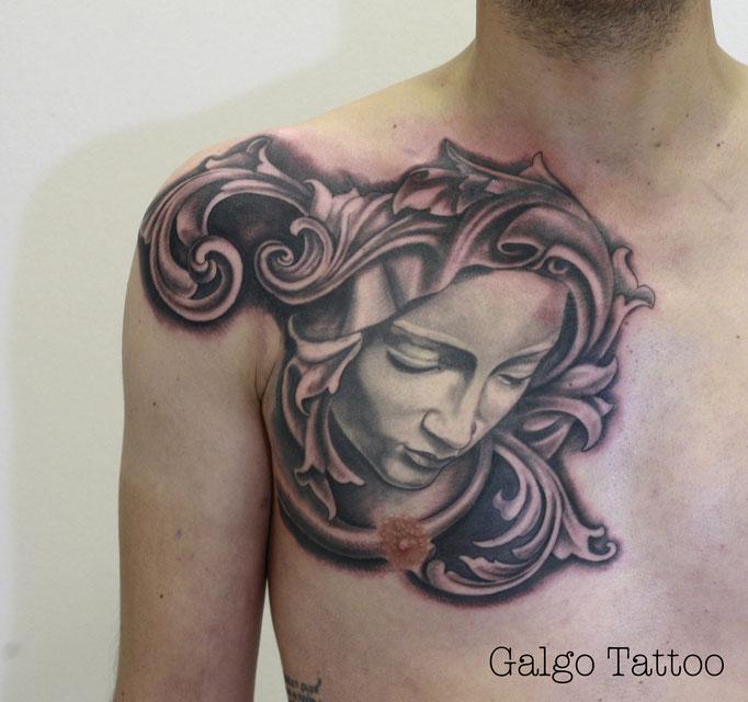 Tatu realismo de la piedad de Miguel Angel, en el pecho.