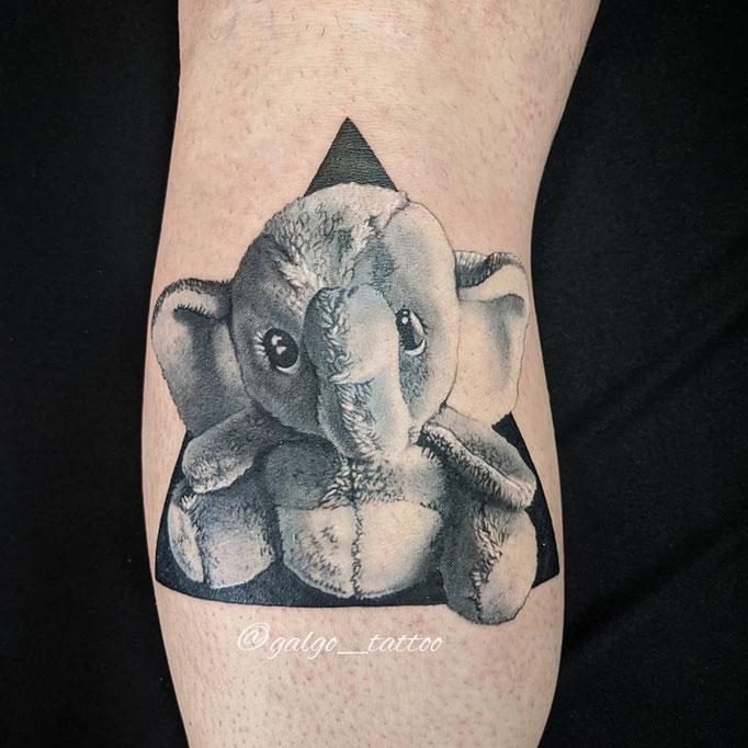 tatuaje realista de un elefante de peluche. Hecho en Cartagena.