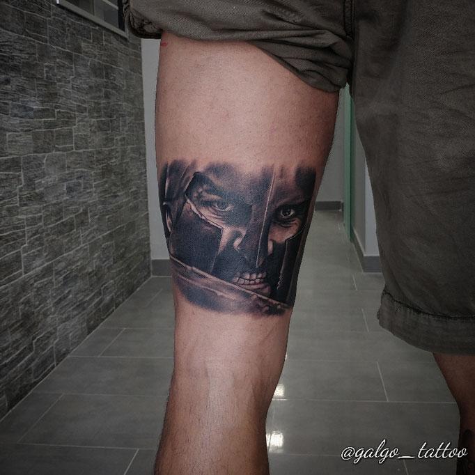 Tatuaje realista de Leonidas, detalle de su cara en plena batalla. Leonidas tattoo portrait from 300
