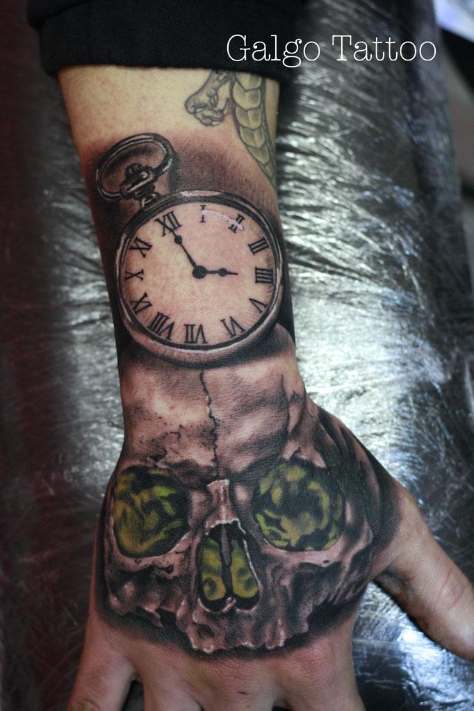 tatuaje realista de reloj y calavera en la mano, hecho en Canarias, España.