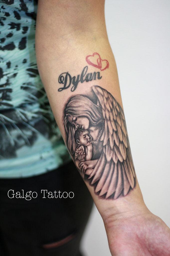 tatuaje realista para una madre, representando un ángel con su hijo.  Realizado en Santander, Cantabria.