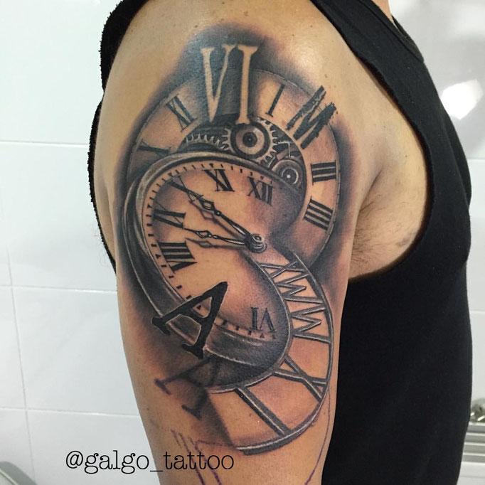 Tatuaje realista recuerdo de la familia, con relojes y distintas fechas.