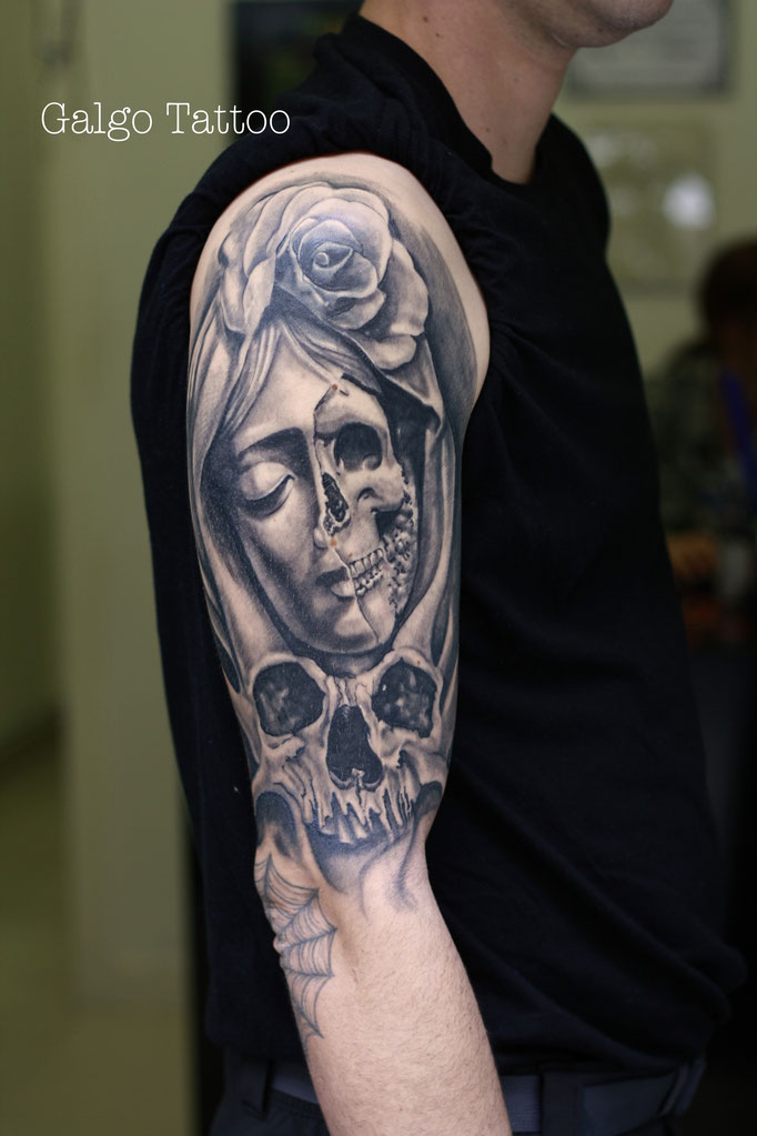 tatuaje realista de virgen con una calavera y rosa en el brazo, virgin tattoo on the arm