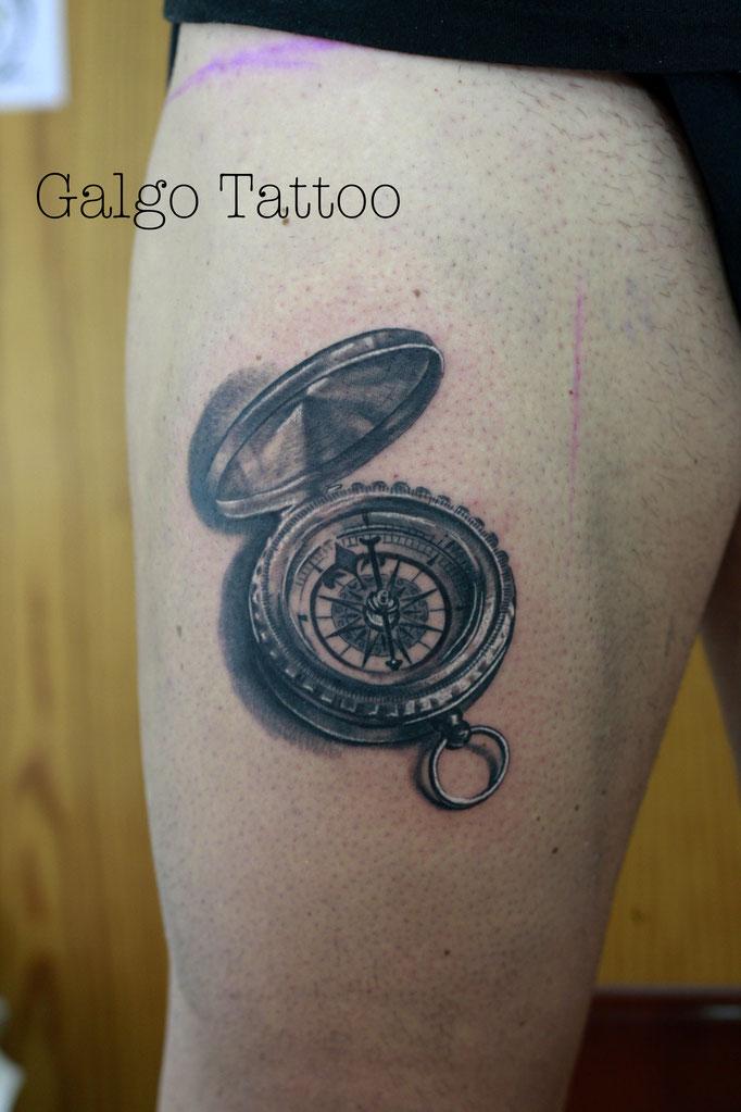 tatuaje realista de una brújula en la pierna, hecho en Cartagena, España.