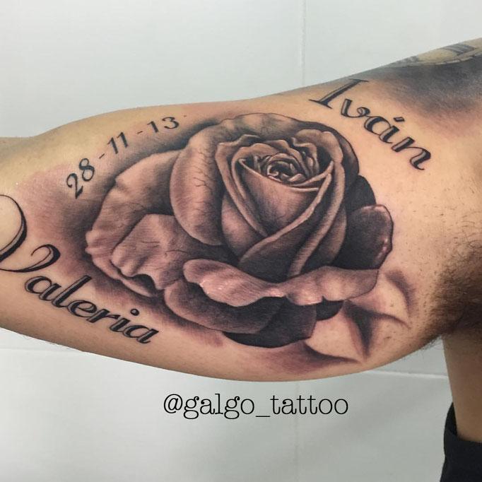 tatu de una rosa en realismo, en negro y gris.