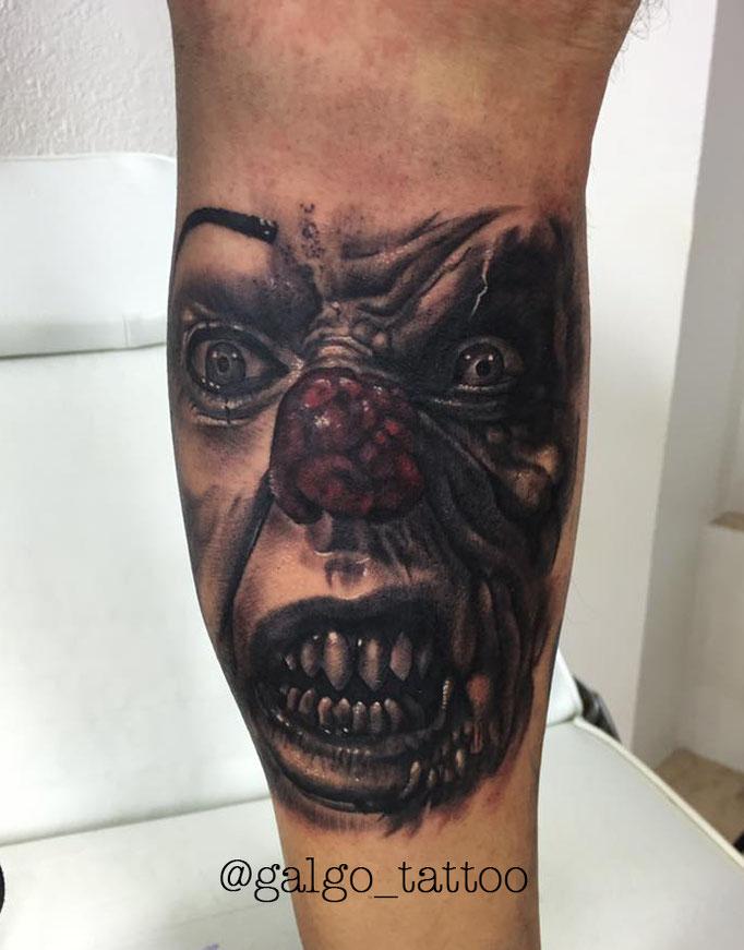 Tatuaje de realismo representando el payaso de It, tambien conocido como Pennywise. Pennywise realistic tattoo