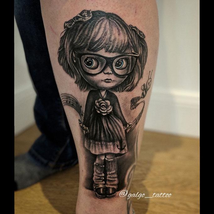 Tatuaje realista de una muñeca blythe, personalizada para que se parezca a su dueña.
