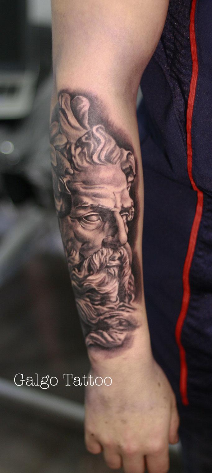 Tatuaje realista de Zeus o Neptuno, basado en la escultura de Lambert Sigisbert Adam. Realistic Zeus tattoo done in Gran Canaria