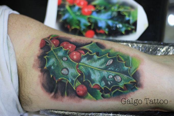 Tatuaje realista de hojas con frutos rojos